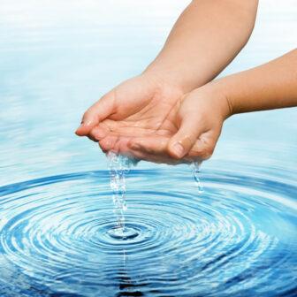 水の種類について 硬度・pH・採水地や採水方法による特徴の違いとは?